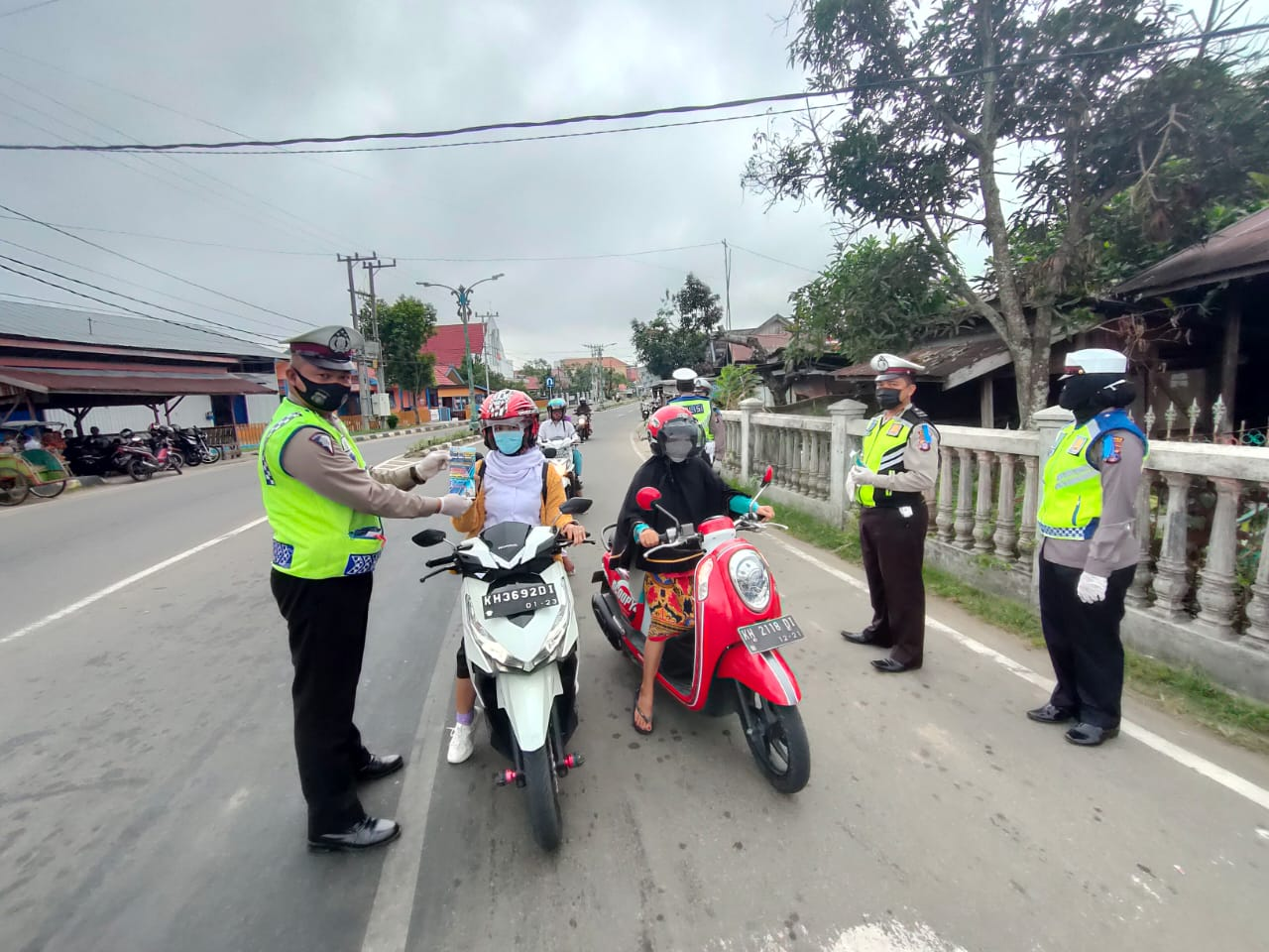 Ops Patuh Telabang, Satlantas Polres Barsel Bagikan Masker dan Berikan Edukasi Protokol Kesehatan