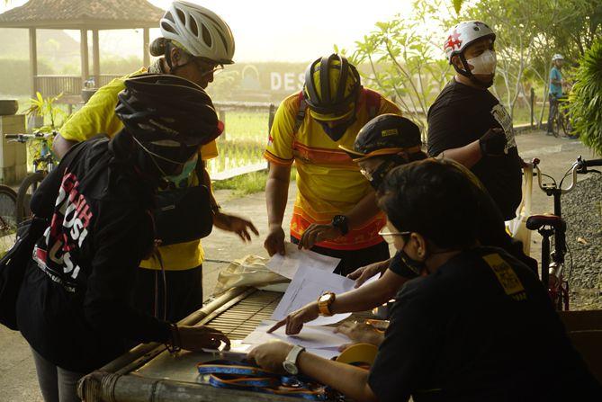 Peserta melakukan pendaftaran ulang di sekretariat