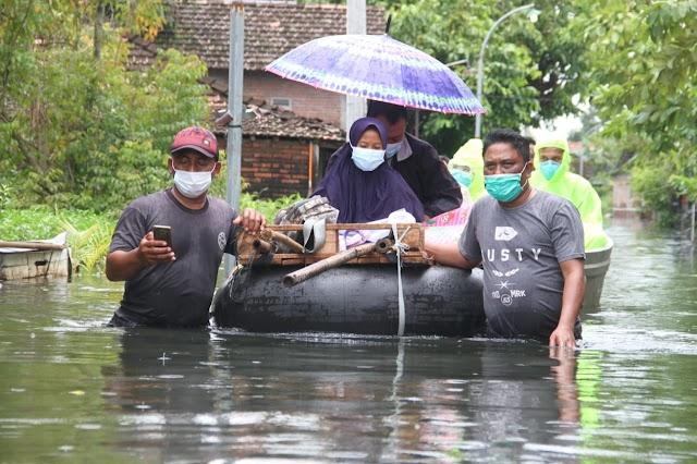 Tiga Hari Demam Tinggi, Seorang Warga di Evakuasi ke RS Ditengah Kubangan Banjir Bercampur Limbah