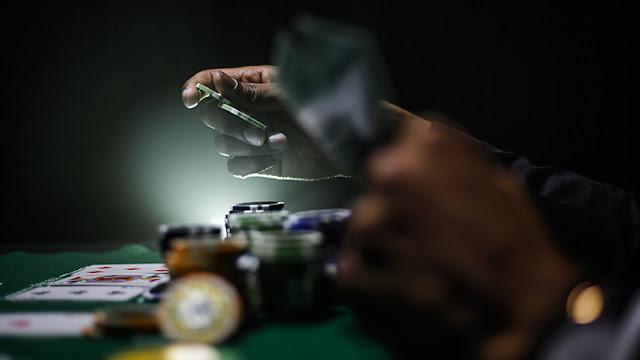 Un jugador de póker pasa casi un mes a oscuras cerrado en el baño por una apuesta de 100.000 dólares