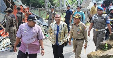 Satpol PP Kota Padang Bongkar Bangli di Kawasan Sungai Batang