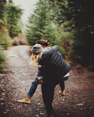 foto en pareja en bosque