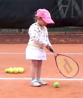 Foto de una pequeña jugando tenis
