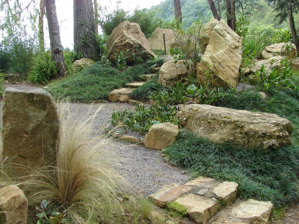 Paisajismo pueblos y jardines jardines de rocalla y rock - Jardines en pendiente ...