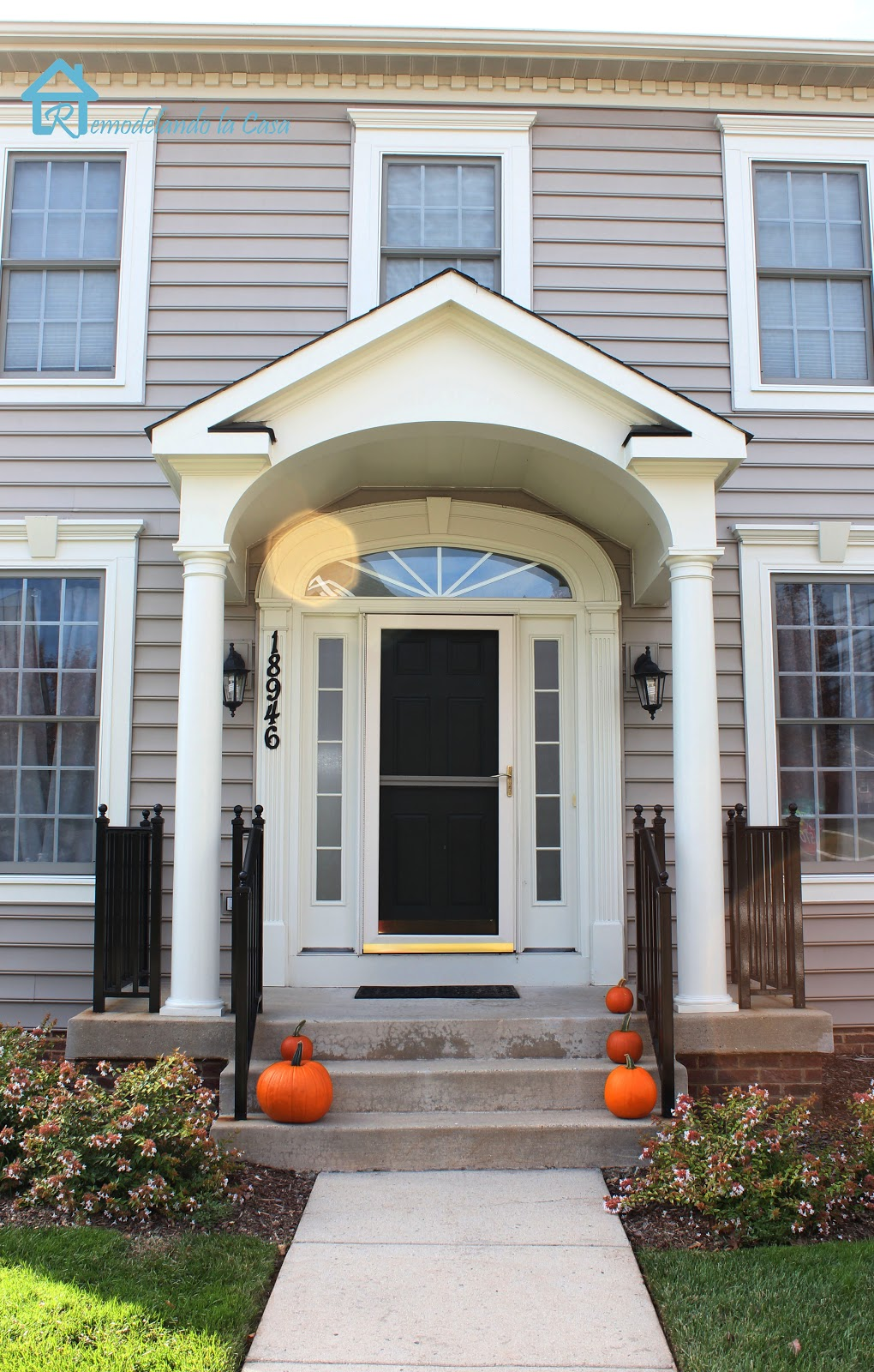 Fall halloween porches remodelando la casa for Small house front door ideas