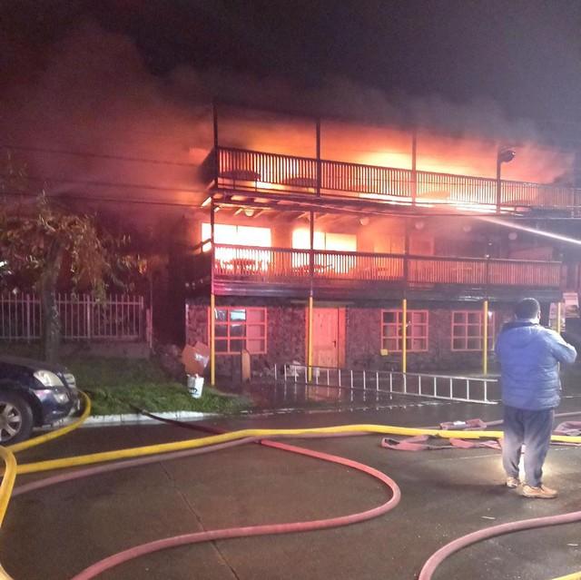 Incendio de madrugada en Entre Lagos destruyó inmueble de 3 pisos