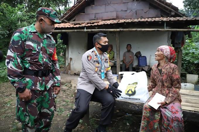Kapolres Mojokerto Bagikan Bantuan Sembako Dari Pintu Ke Pintu Rumah Warga  Di Lereng Gunung Penanggungan