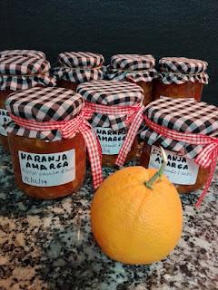Tarros de mermelada de naranja amarga.