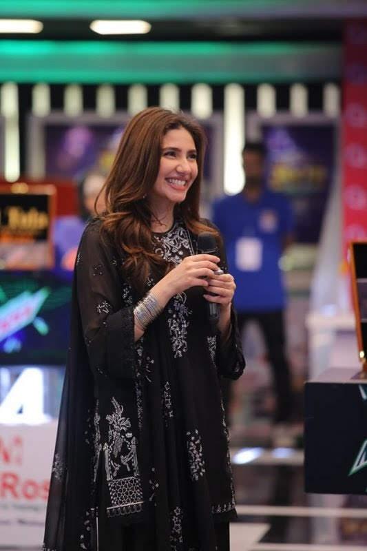 Mahira Khan Shinning Clicks in Black dress from Jeeto Pakistan