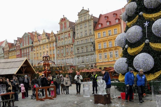 Things to do in Wroclaw in Winter: watch ice sculpting at the Wroclaw Christmas Market