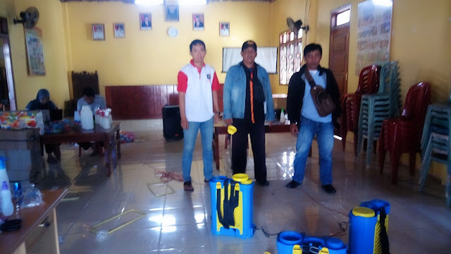 Lukmanto, Kakam Tulung Kakan Bersama IWO Lamteng Lakukan Penyemprotan dan Membagikan Hand Sanitizer