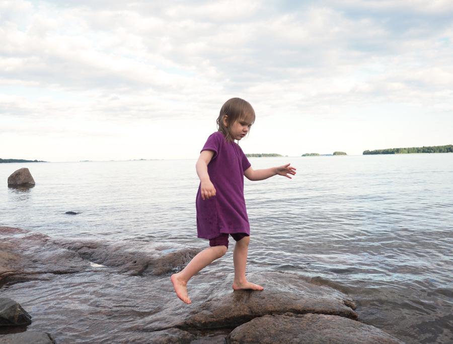 pieni tyttö rannalla
