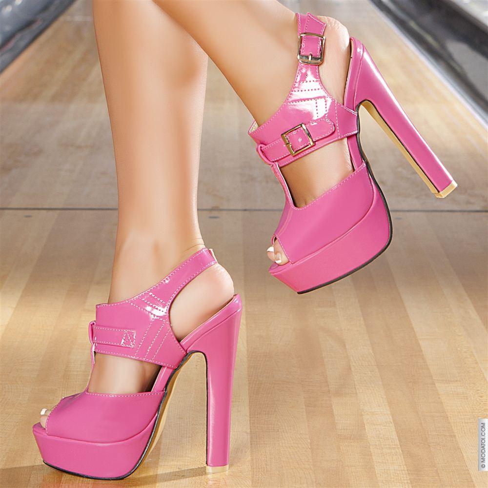 Yüksek topuklu pembe ayakkabı