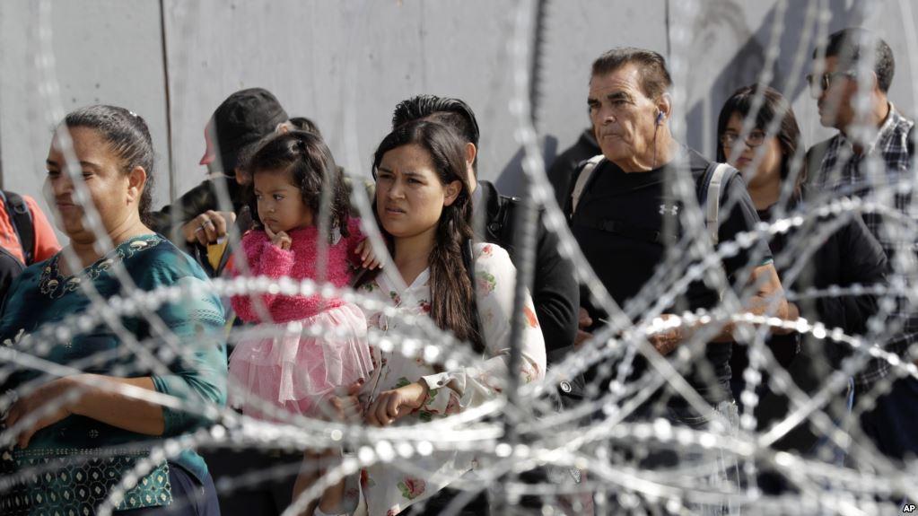 Personas hacen fila para cruzar hacia Estados Unidos desde Tijuana, México / AP