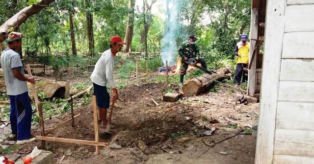 "BOJONEGORO, - Bintara Pembina Desa (Babinsa) Koramil 0813-19/Bubulan, Serma Susanto, bersama warga masyarakat Dusun Geneng RT. 001/RW. 001 Desa Clebung, Kecamatan Bubulan, Bojonegoro, Jawa Timur, gotong-royong melaksanakan karya bakti perbaikan Pos Kamling di area Tempat Pemakaman Umum (TPU) yang tertimpa pohon roboh.     Karya bakti bersama perbaikan Pos Jaga berukuran 3x3 meter tersebut, dilakukan sebagai wujud kepedulian bersama terhadap lingkungan sekitar.     ""Selain itu, pembenahan Pos Kamling ini guna meningkatkan sistem keamanan dan ketertiban masyarakat. Dengan mengutamakan upaya-upaya pencegahan dari gangguan keamanan dilingkungan,"" ungkap Serma Susanto, Senin (15/6/2020).     Dirinya juga mengajak masyarakat dengan rasa kesadaran untuk turut serta berpartisipasi dalam bidang keamanan dan ketertiban. Pasalnya, pengamanan di setiap lingkungan tersebut perlu dilestarikan dan ditingkatkan.     ""Hal ini dilakukan untuk menumbuh kembangkan sikap mental, kepekaan serta daya tanggap setiap warga dalam mewujudkan keamanan dan ketertiban lingkungan,"" pungkas Serma Susanto. (Jayak)"