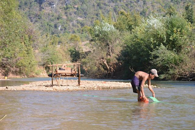 Au bord d'une rivière