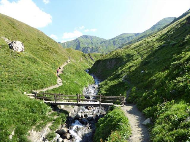 ponte sul sentiero verso rifugio Elena