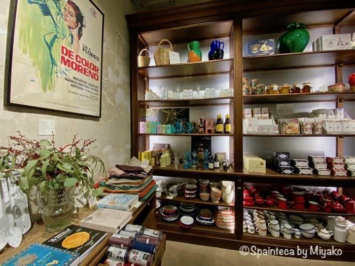 スペイン生まれの温もりのある食器が並ぶマドリードの雑貨屋の店内