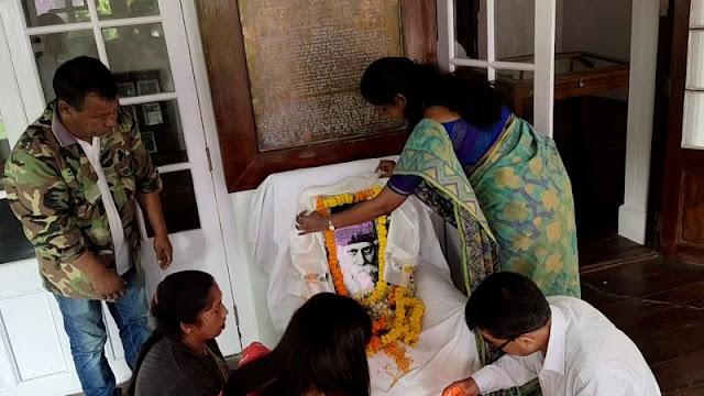 Darjeeling DM Dipap Priya Garlanding Rabindranath Tagore at Mungpoo