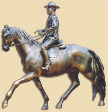 Foto de una escultura de un jinete con su caballo