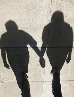 sombra de dos personas de la mano