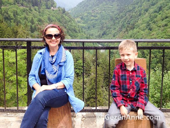 Zilkale'de anne oğul ahşap tahtlara oturduk, Rize