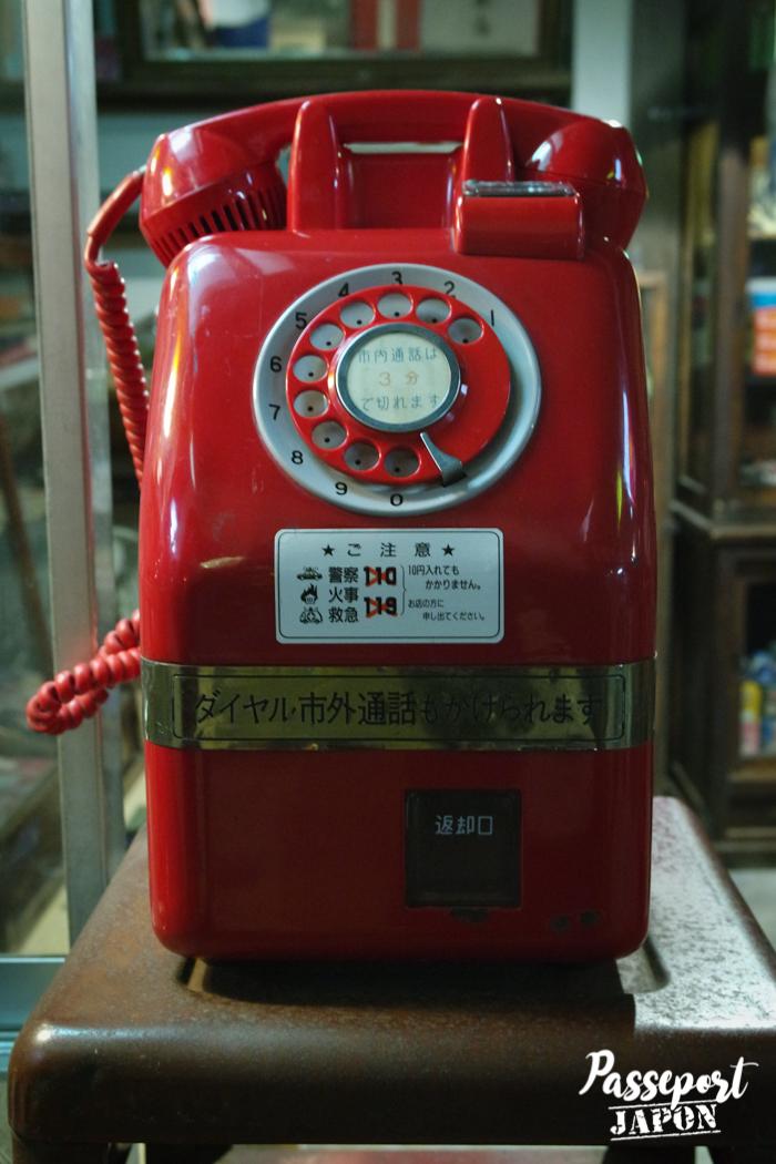 Téléphone rouge à cadran vintage, musée Showakan, Yufuin