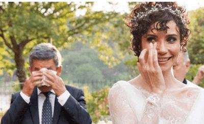 شاهد دموع النجمة التركية سونجول أودن ووالدها في حفل زفافها صورة مؤثرة