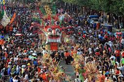 Bersama Anies, Masyarakat Sambut Meriah Pawai HUT Jakarta ke-492