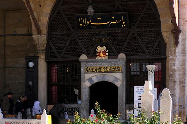 Wewnątrz meczetu w Konii znajduje się grób Jalaladdina Rumi (Mevlany)