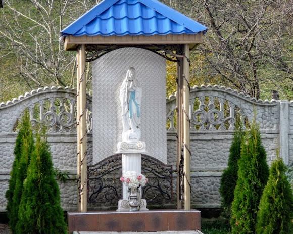 Голубине. Церква Успіння Пресвятої Богородиці. УГКЦ. Скульптура Пресвятої Діви Марії