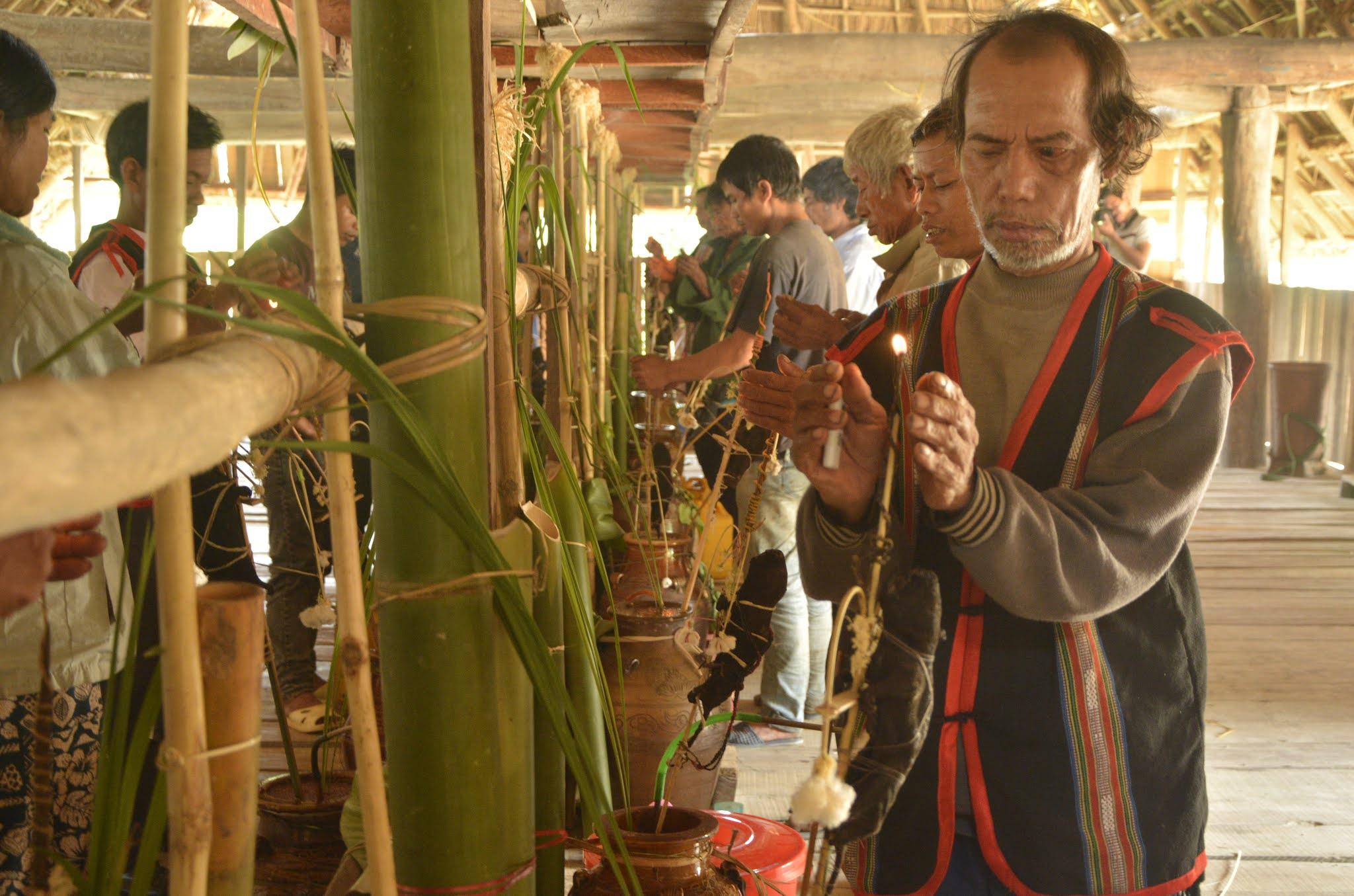 Thực hiện nghi lễ đốt lửa cầu mong mùa màng bội thu.