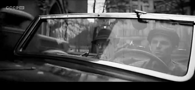 """Кадр из фильма """"Щит и меч"""". Сцена: поездка главного героя на автомобиле (0:07:01). Место съёмок: Рига, около старой церкви Гертруды."""