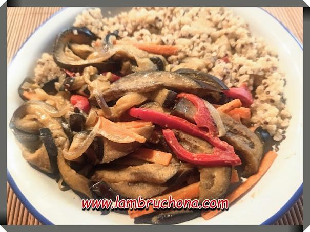 Salteado de berenjena agridulce con quinoa. www.lambruchona.com