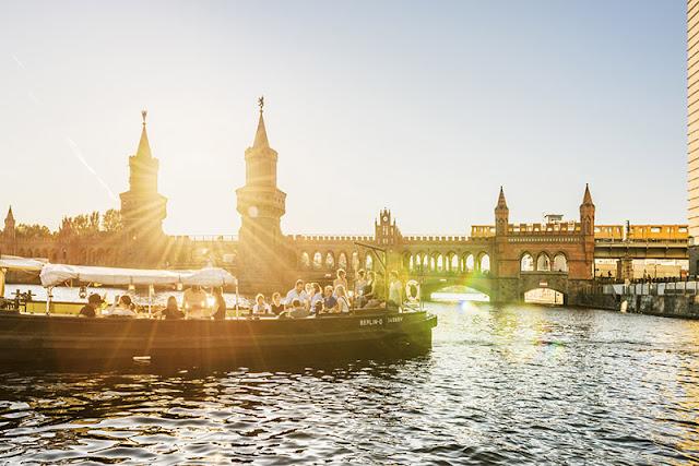 Pôr do sol no passeio de barco turístico em Berlim