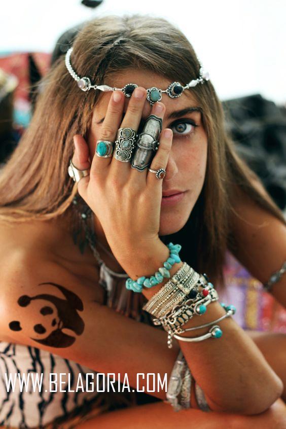 Chica rubia de mirada penetrante, con tiara de joyas, se tapa un ojo, vemos el tatuaje de un oso panda en su hombro