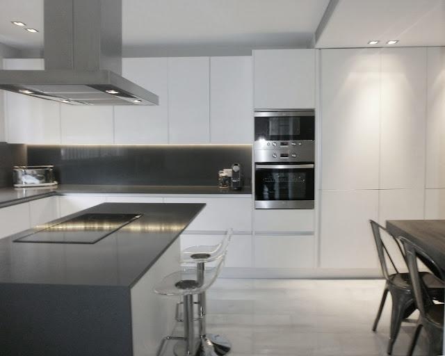 Encantadora cocina blanca independiente con isla y office for Cocina blanca encimera roja