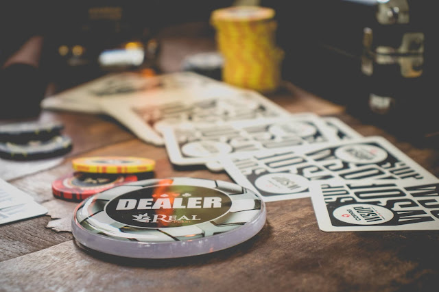 Qual a função do Dealer no Poker?