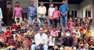 राहुल गांधी के जन्मदिन पर कांग्रेसियों ने बांटी किताब व अन्य सामग्राी  | #NayaSaberaNetwork