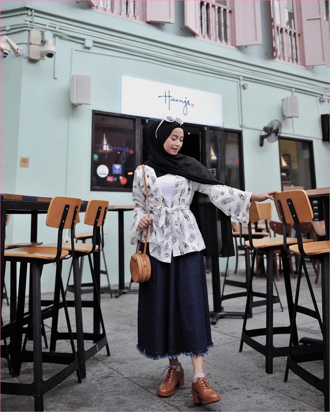 Outfit Rok Untuk Hijabers Ala Selebgram 2018 ankle boots coklat tua putih hijab pashmina rawis hitam top mangset blouse putih abu slingbags rotan coklat kacamata bulat kaos kaki rok jeans denim skirt ootd trendy