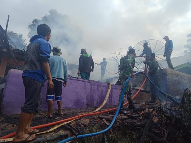 Dengan Sigap Prajurit Kostrad Ikut Atasi Kebakaran Rumah Warga di Garut