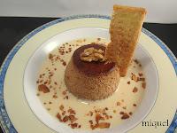 Flan de nueces sobre sopa de crema inglesa y virutas crujientes de manzana