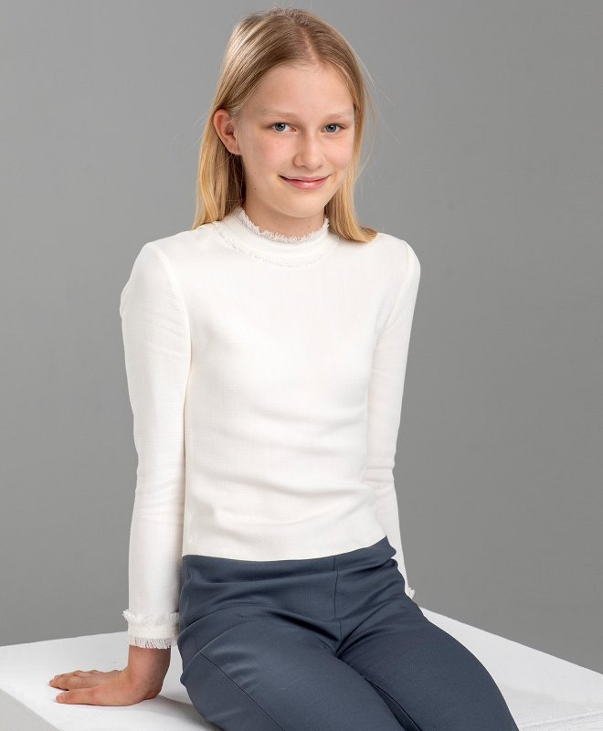 Leonore wore an ivory long sleeve fringed cuff and neck pullover cashmere sweater
