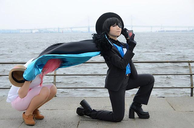 Peleryna cosplayera nie powiewa, tylko jest trzymana przez drugą osobę - zdjęcie bez kadrowania