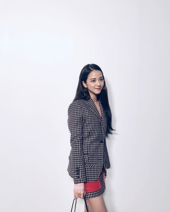 Jisoo yeni fotoğraflarında şık ve asil görünüyor