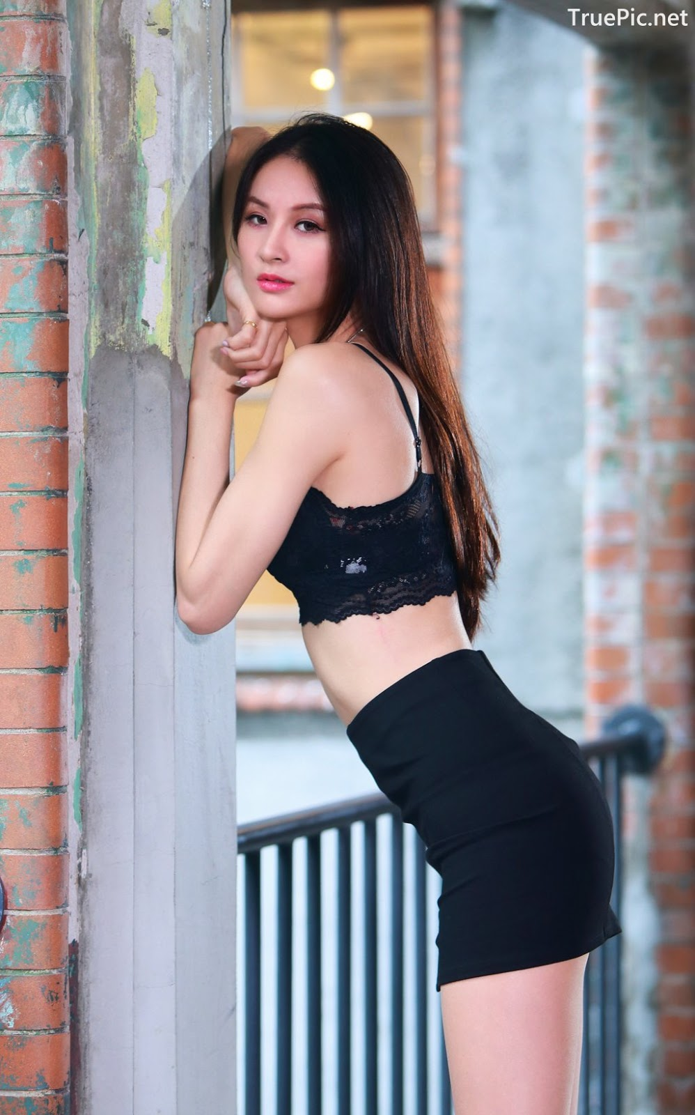 Image-Taiwanese-Beautiful-Long-Legs-Girl-雪岑Lola-Black-Sexy-Short-Pants-and-Crop-Top-Outfit-TruePic.net- Picture-28