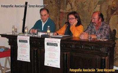 Conferencia en el Palacio de los Guzmán, en Sanlúcar de Barraneda, en enero de 2007. De izquierda a derecha: el historiador Fernando Sígler, la  Presidenta de Jerez Recuerda, María José Ruiz y Pablo de Moor... Pablo fue uno de los colaboradores  más antiguos en la labor de recuperación de la Memoria Histórica en la provincia de Cádiz.