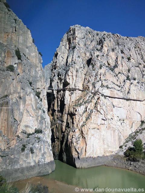 Vista del puente colgante y las pasarelas a unos 100 metros de altura. Caminito del Rey
