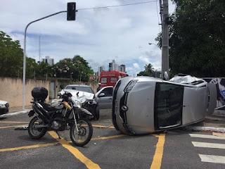 Veículo capota em acidente na Paraíba; motorista é socorrido para o Trauma