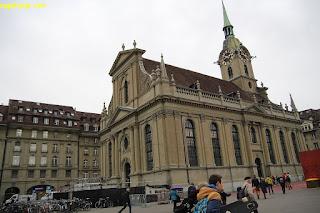 Bangunan tua di depan stasiun Banhoff